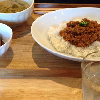 野菜たっぷりドライカレーセット(小鉢・ドリンク付き)(おもちゃカフェ dattochi  )