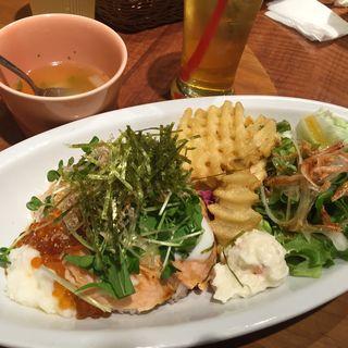 炙りサーモンといくらとろろの親子丼(モクオラディキシーダイナーウイラニ)