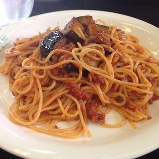 ナスとトマトのスパゲティ。ランチはドリンク、サラダ、スープ付き(olive )