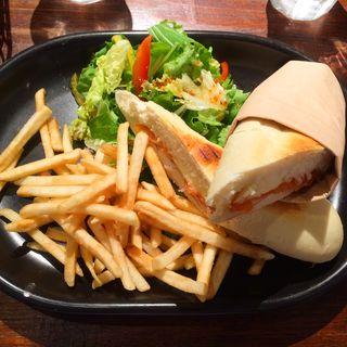 スモークサーモンとカマンベールチーズのパニーニ(アクイーユ )