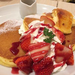 苺とクレームブリュレのパンケーキ (バター ららぽーと甲子園店)