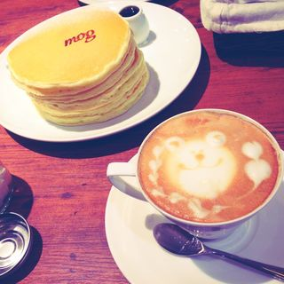 クラッシック・バターミルクパンケーキ + カフェラテ(パンケーキカフェ mog(モグ)難波店 )