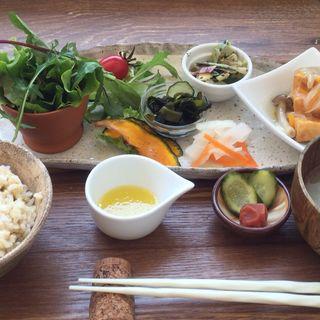 野菜と玄米の日替わり健康定食(ベジ畑カフェ 小町)