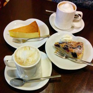 3種のベリータルト、ベイクドチーズケーキ、はちみつ生姜豆乳ラテ、カフェラテ(smooch)
