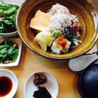日替わり海鮮丼(鮪・しらす・鯵・〆鯖・厚焼卵)(食幹 東京スカイツリータウン・ソラマチ店 )