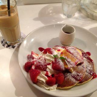 苺とクレームブリュレのパンケーキ(パンケーキ専門店butter)