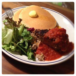 ミートローフの平日ランチセット パンケーキ2枚と季節野菜のミートローフ サラダつき(iriya plus cafe)