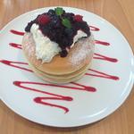3種のベリーの自家製コンフィチュールとオリジナルブレンドのチーズクリーム(パンケーキ3枚付き)(Pancake Ristorante)