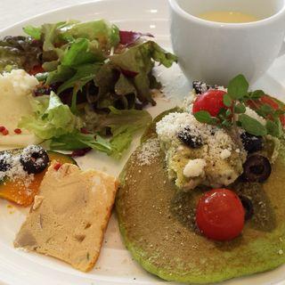アボカドとツナ、オリーブのグリーンパンケーキプレート