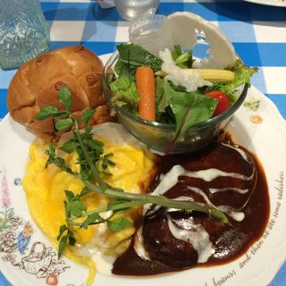 サラダプレート・ハンバーグオムライス(ピーターラビット カフェ 町田モディ店 )