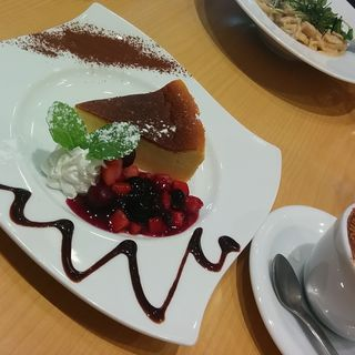 自家製やわらかチーズケーキ ベリーソースを添えて(アカリ カフェ (akari cafe))
