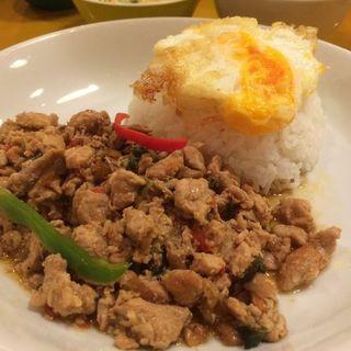 鶏挽肉のバジル炒めのせゴハン(グリーンパッタイ)