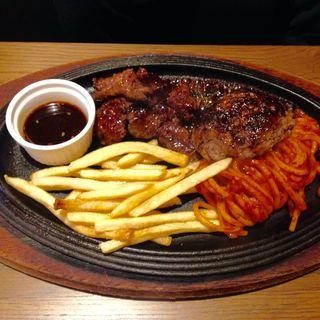神戸牛粗挽き入りハンバーグとアメリカ産炭火焼きハラミステーキコンボ(肉食酒場 GYUTA MEAT BAL)