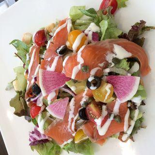 スモークサーモンとアボカドのサラダ(レモンドレッシング&サワークリーム)(Cafe de Voila)