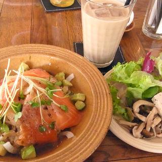 炙りサーモンと温玉丼(トリトンカフェ)