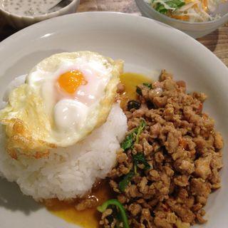 ガイガパオ(鶏挽肉とホーリーバジルの炒めご飯)(ピーナッツ食堂)