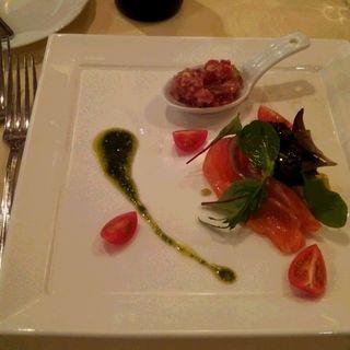 サーモンサラダ マグロのタルタル添え[前菜] (ランコントル)