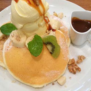 塩キャラメルとナッツのバナナ・パンケーキ(mog 京橋店)