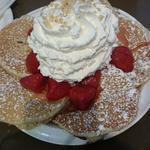 ストロベリー、ホイップクリームとマカデミアナッツのパンケーキ