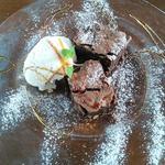 カプリ風アーモンド入りチョコレートケーキ クルミのジェラート添え