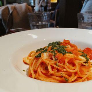 フルーツトマトとモッツァレラのトマトソース スパゲッティーニ(シクスバイオリエンタルホテル)