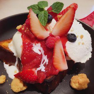 ミックスベリーとバニラアイスクリームのパンベルデュ(アニヴェルセル カフェ (ANNIVERSAIRE CAFE))