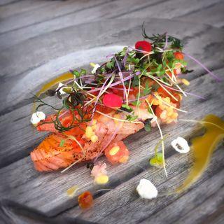 瞬間燻製したサーモンの炙り ズワイ蟹添え ソース・ラビゴット(カリフォルニア テーブル (California Table))