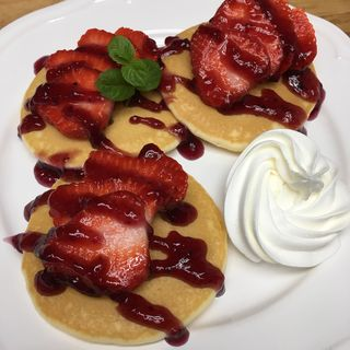 あまおう&ブルーベリーソースのパンケーキ(アイランドカフェアンドバー (Island Cafe & Bar))