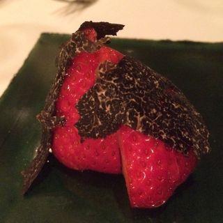 苺のトリュフ添え