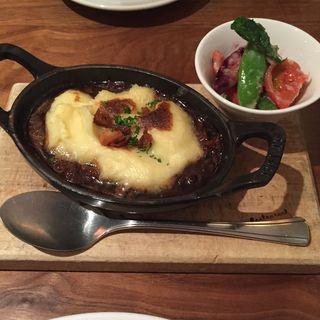 鹿児島県産 牛テールの赤ワイン煮とじゃが芋ピューレのオーブン焼き 季節の野菜のマリネ添え(レストラン オカダ (OKADA))
