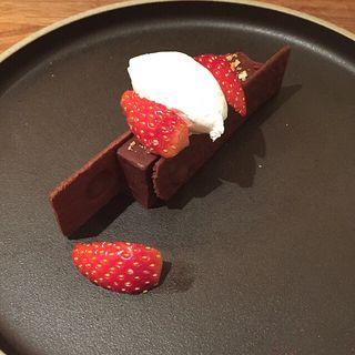 ショコラの嬉野紅茶ガナッシュと塩サブレのガトー仕立て  いちごシャンティと共に(レストラン オカダ (OKADA))