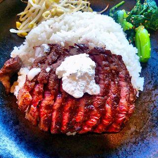 牛ハラミステーキ陶板丼(アジア洋食厨房 (アジアヨウショクチュウボウ))