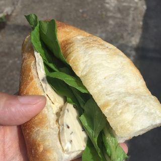 自家製酵母生地で、有機ルッコラとカマンベールチーズを挟んだサンドイッチ(アップルの発音 )