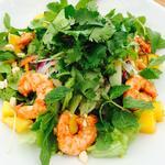 タイスタイル シュリンプ、マンゴー、ライスヌードルのサラダ、タマリンドドレッシング