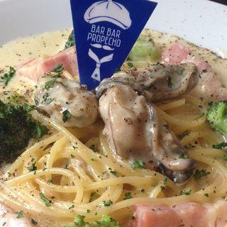 牡蠣とベーコンとブロッコリーのクリームパスタ(バールバールプロペッチョ)