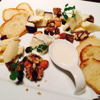 チーズとナッツの盛り合わせ(オステリア デル カンパーニュ (OSTERIA DEL CAMPAGNE【旧カンパーニュ】))