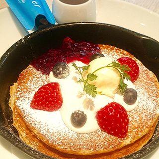 ベリーとチーズクリームの窯焼きパンケーキ(バター 横浜ベイクォーター (Butter))
