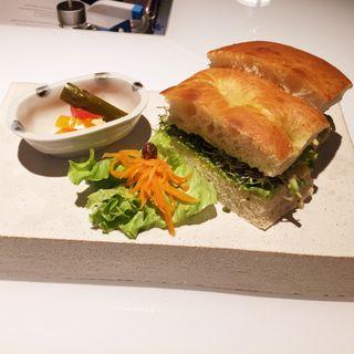 博多地鶏スモークサンドイッチアボカドバジル風味(オ・ボルドー・フクオカ )