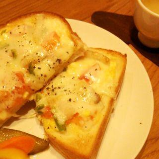 JAC 自家製ベーコン、アンチョビのチーズトースト(マリオン )