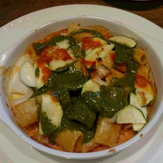 吉田牧場のモッツァレラチーズとズッキーニのオーブン焼き バジルとトマトの2色ソース(クチーナ シゲ (Cucina Shige))
