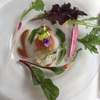 サーモンのリエットとトリュフ香る玉葱のムースハーブのクーリのクリーム(二期倶楽部)