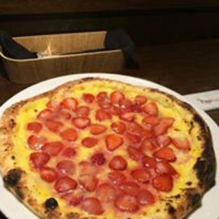 苺とチーズのピッツァ