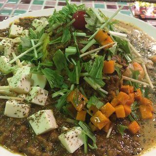 麻婆豆腐カリーと海老とアサリのココナッツマスタードカリー(山口カリー)