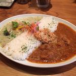3種の鶏のチキンカレー と チキンと野菜の豆乳グリーンカレー のあいがけ(spiceスエヒロ (スパイススエヒロ))