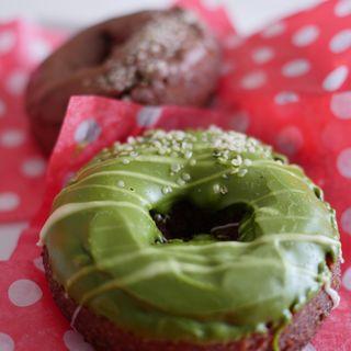 グリーンティードーナツとチョコレートドーナツ(HALENOVA)