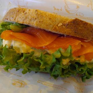 サーモンと卵のサンドイッチ(こもれび)