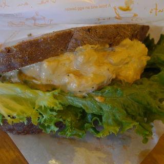 アボカドサラダのサンドイッチ