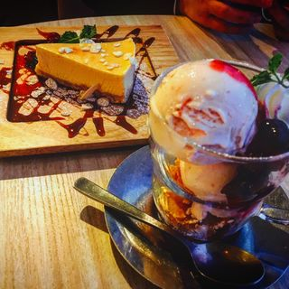 cheesecake and ice cream of strawberry & mascarpone cheese (Cheese Table 渋谷 (チーズテーブル))