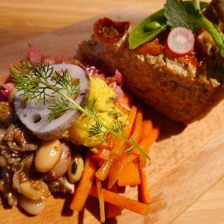 季節の高原野菜とプチトマトの自家製ヴィーガンキッシュ(RKGARDEN)