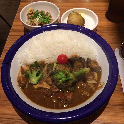 ビーフ+野菜カリー  カレー部昼練。ビーフ野菜カリー辛さ5倍にインド豆のサラダ。 #curry #カレー #lunch #ランチ #サラメシ (@ エチオピア カリーキッチン 御茶ノ水ソラシティ店) ごちそうさまでした(^ ^)